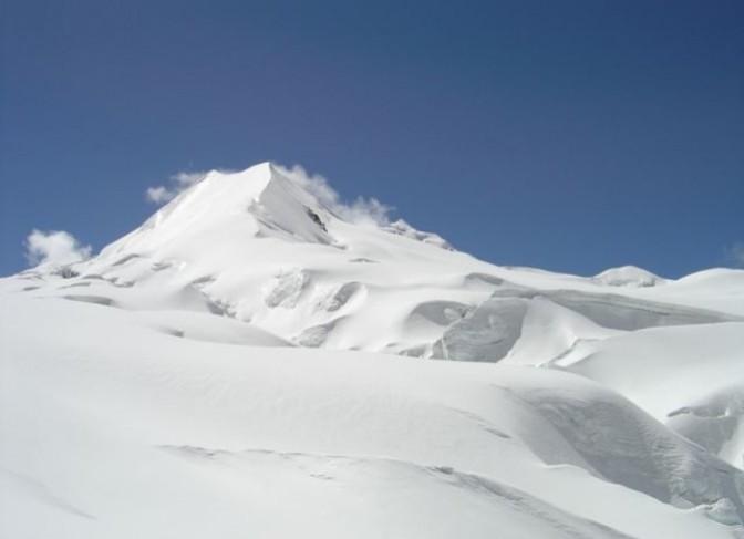 chulu-west-peak-climbing-snowfall
