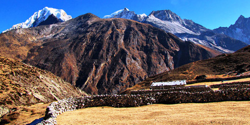 The Machermo village is situated at 4465 m partially sheltered frem the wind by steep hillside spure to north and south.